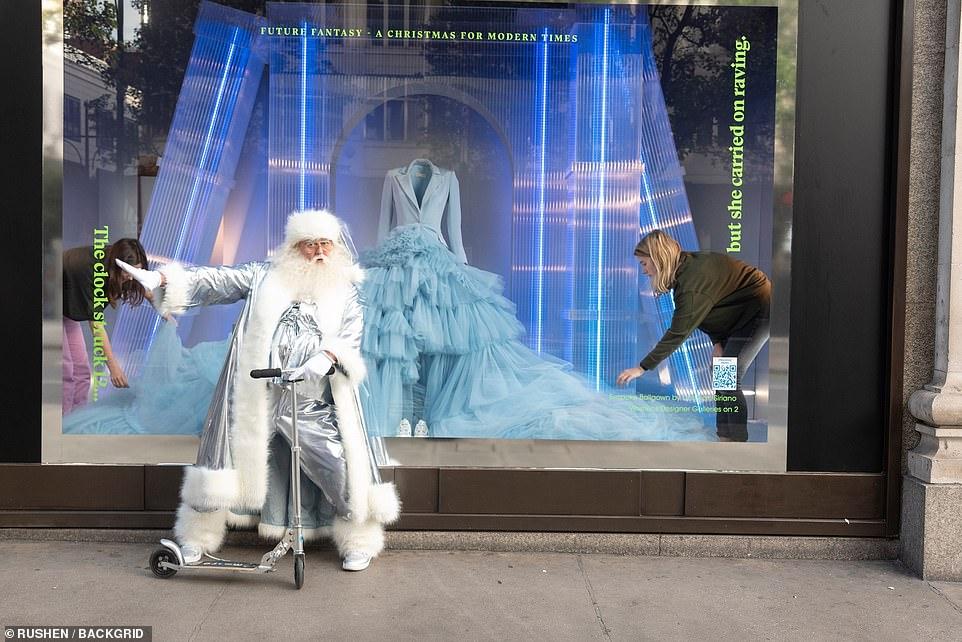 Ông già Noel giúp tạo sự chú ý tại các cửa tiệm Giáng Sinh Selfridges