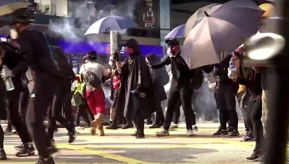 Người biểu tình Hong Kong sử dụng bom xăng trong cuộc tuần hành chống chính phủ