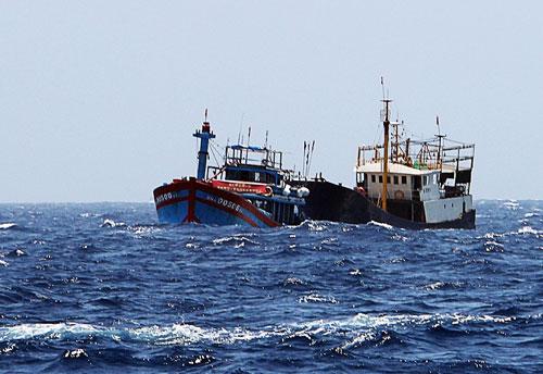3 tàu Trung Cộng vào thềm lục địa Việt Nam truy đuổi 1 tàu cá Việt