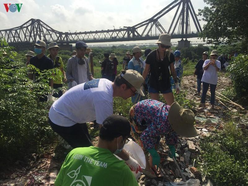 Đại sứ Châu Âu tham gia dọn rác bảo vệ môi trường ở Hà Nội