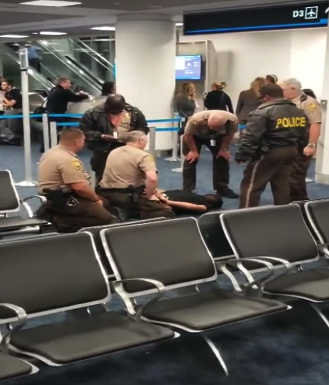 Nam hành khách bị bắt sau khi cố tình lên chuyến bay của American Airlines ở Miami