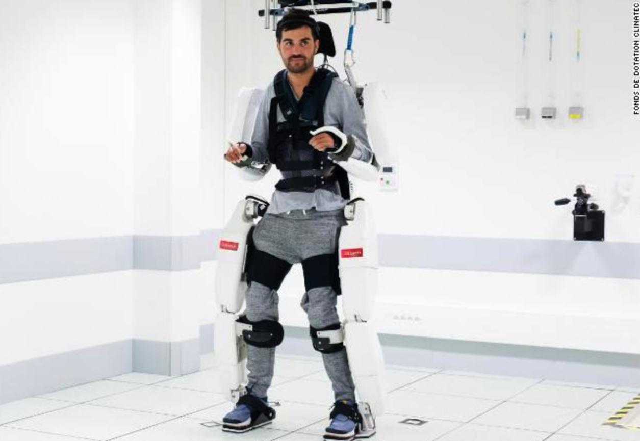 Người đàn ông bị liệt có thể đi bộ nhờ robot do não kiểm soát