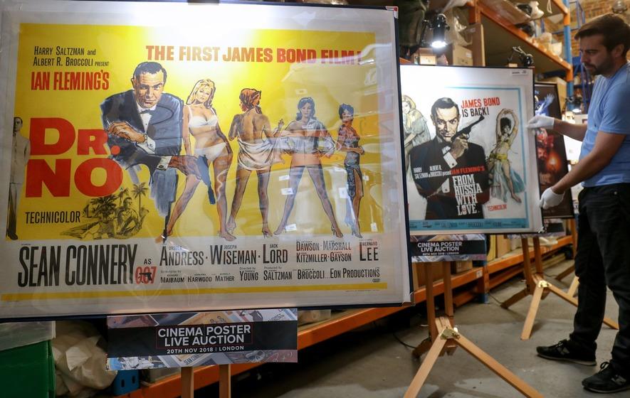 Bộ sưu tập các tấm bích chương James Bond được trưng bày trước khi bán đấu giá