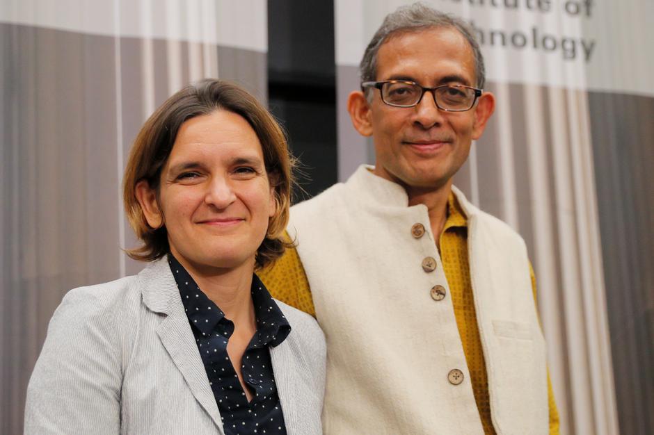 Ba nhà khoa học giành giải Nobel Kinh Tế vì nỗ lực chống đói nghèo