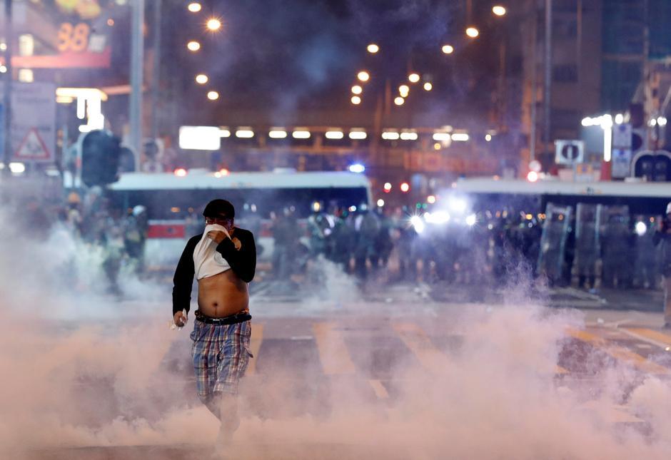 Hong Kong lâm vào tình trạng suy thoái khi các cuộc biểu tình tái bùng phát