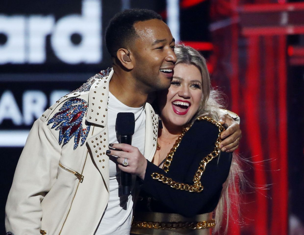 "John Legend và Kelly Clarkson tái dựng ca khúc ""Baby, It's Cold Outside"""