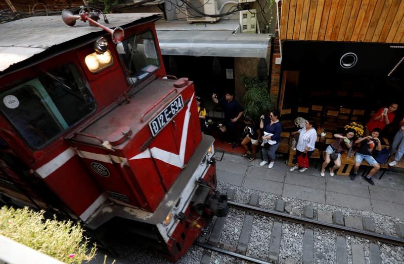 Hà Nội dọn dẹp cà phê hỏa xa thu hút nhiều du khách