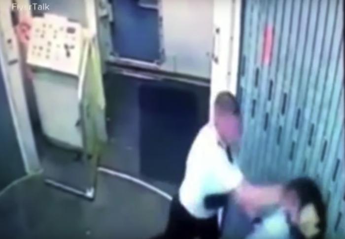 Video quay lại cảnh nhân viên hãng hàng không Republic Airways đánh nhau