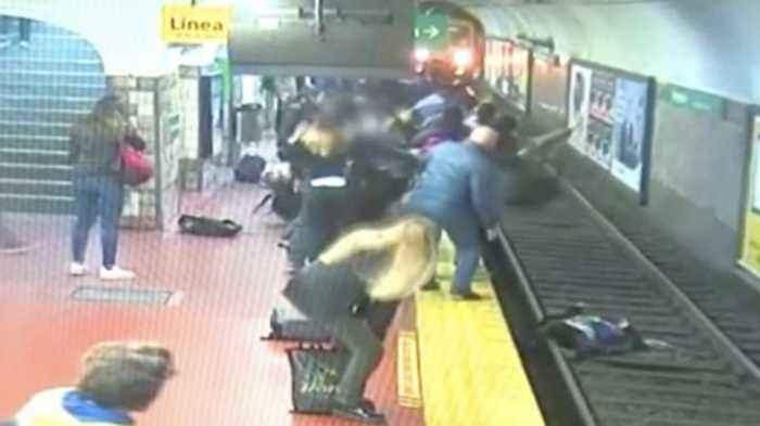 Giải cứu người phụ nữ bị ngã xuống đường rầy tàu điện ngầm ở Buenos Aires