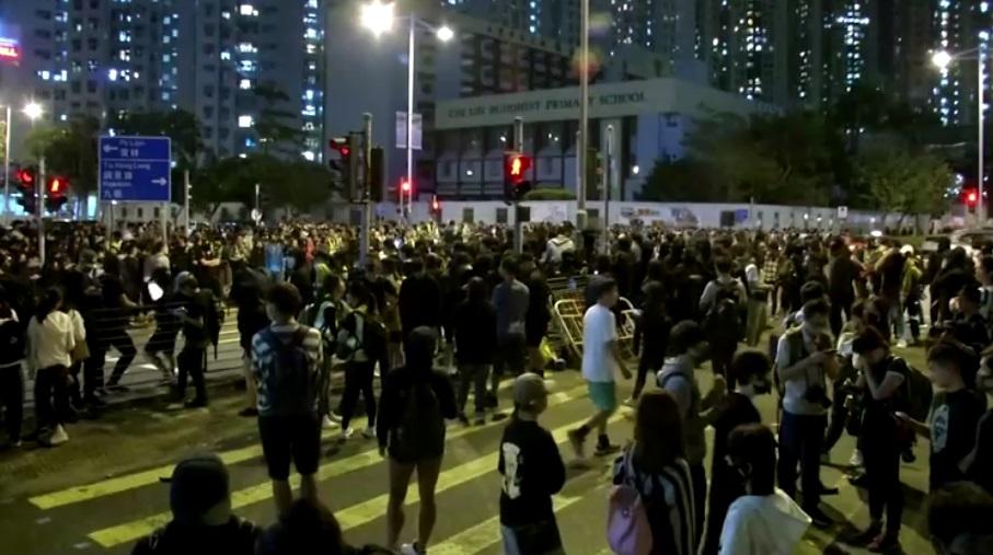 Các buổi cầu nguyện cho sinh viên thiệt mạng ở Hồng Kông bùng phát thành bạo lực
