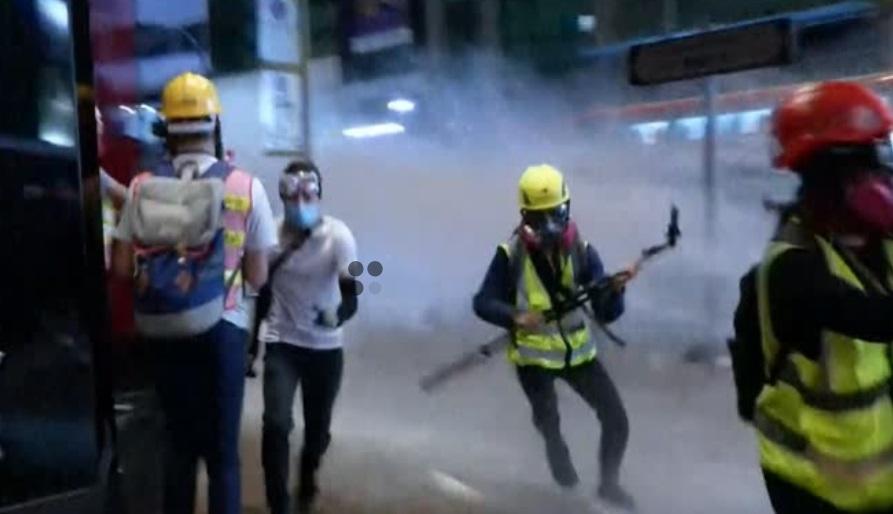 Cảnh sát bắn người biểu tình, một người Hong Kong tự thiêu