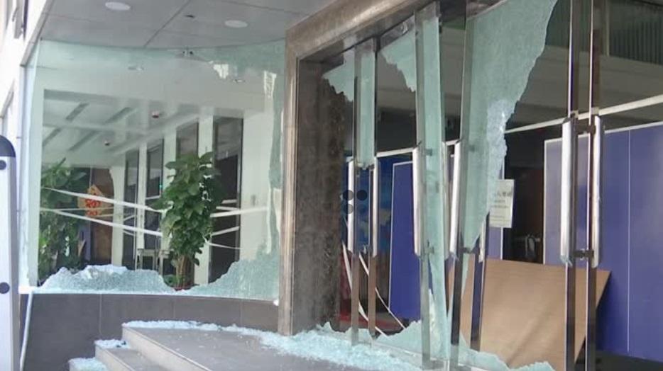 Người biểu tình phá hủy văn phòng hãng thông tấn Xinhua Trung Cộng ở Hong Kong