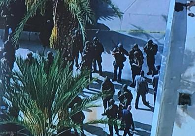 Một nhóm đeo mặt nạ đột nhập vào các văn phòng đảng đối lập ở Venezuela vào đêm trước cuộc biểu tình