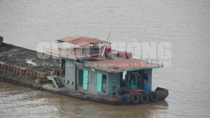 Tàu ngang nhiên xả hàng trăm tấn rác độc hại xuống sông Hồng