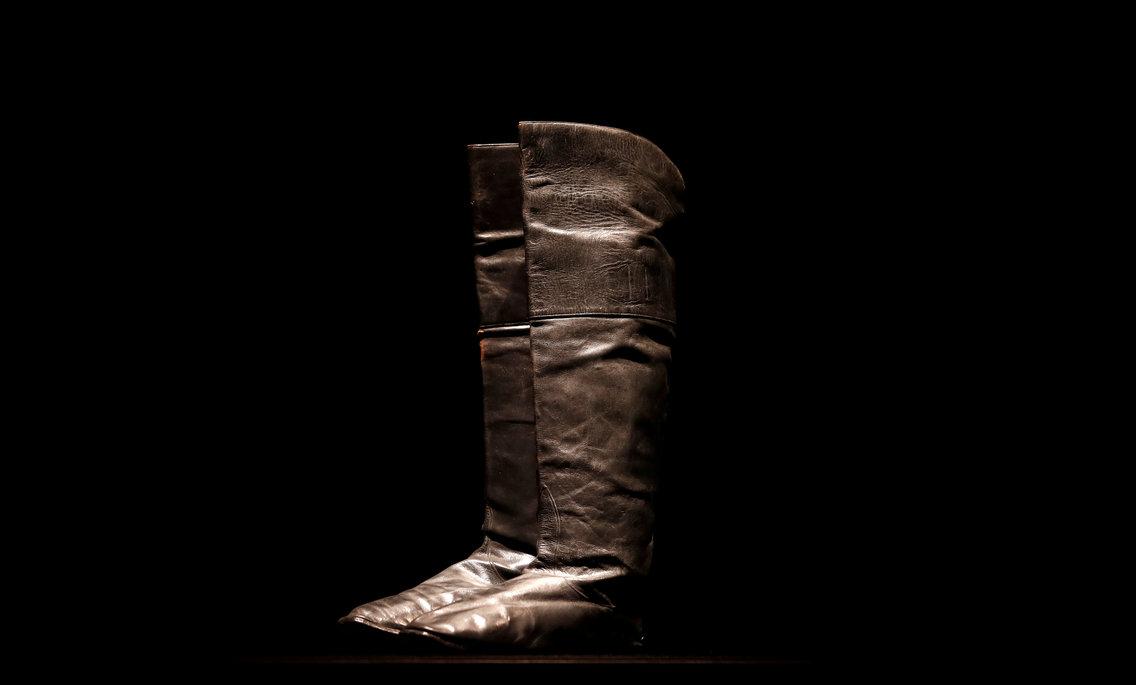 Đấu giá đôi giày của hoàng đế Pháp Napoleon tại Paris