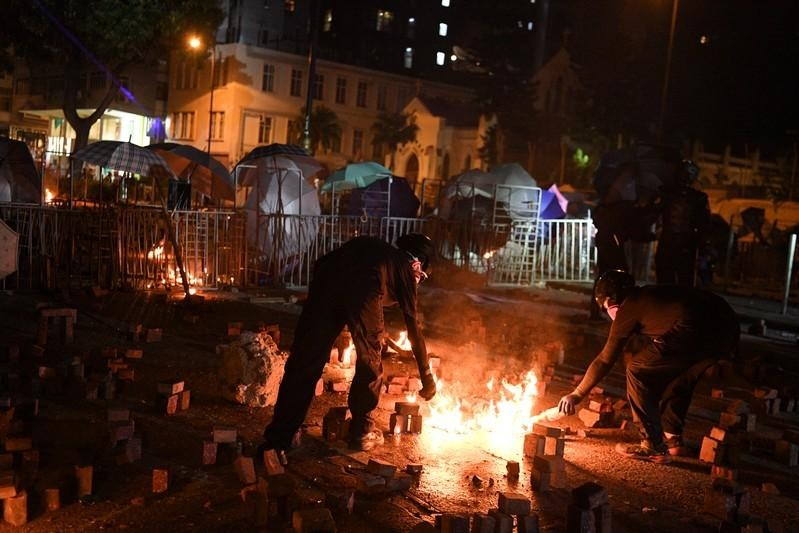 Người biểu tình Hồng Kông ném bom xăng, bắn tên trong các cuộc đụng độ mới tại trường đại học