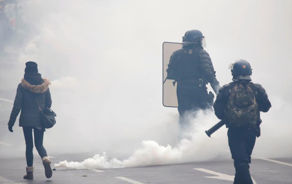 """Cảnh sát Paris dùng hơi cay và vòi rồng đàn áp các cuộc biểu tình của nhóm """"yellow vest"""""""