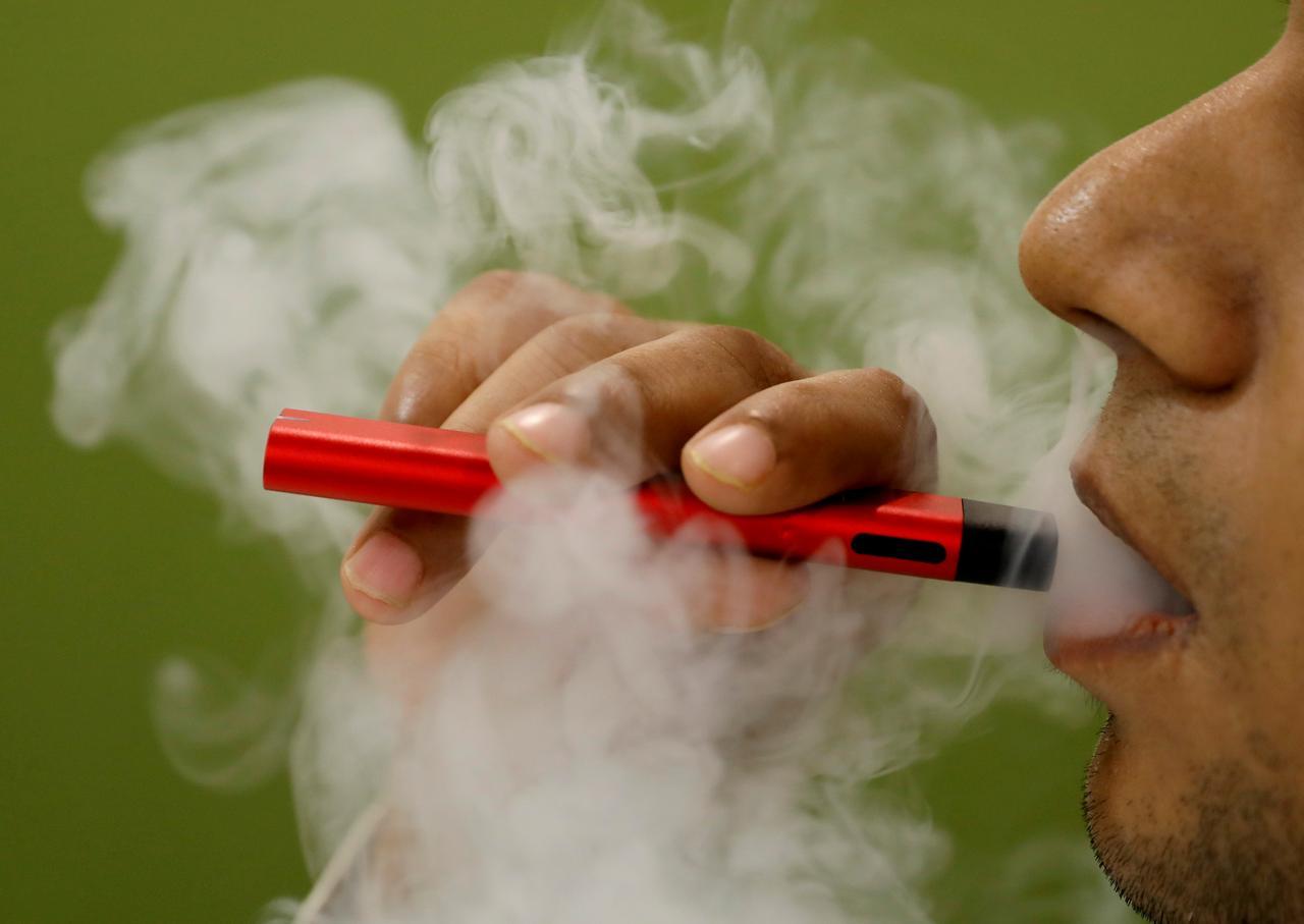 Tổng Thống Trump rút lại ý định cấm thuốc lá điện tử có hương vị