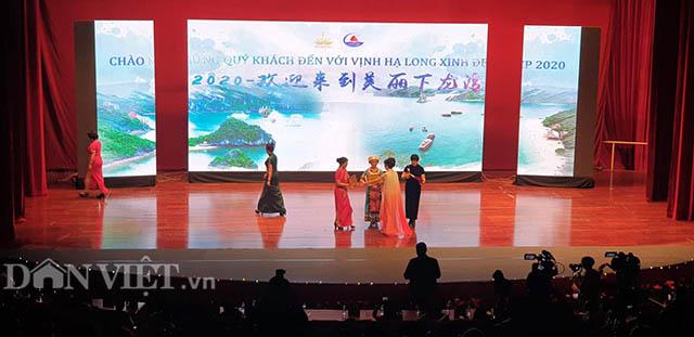"""Người Trung Cộng tổ chức biểu diễn áo dài & sườn xám """"chui"""" tại Hạ Long"""