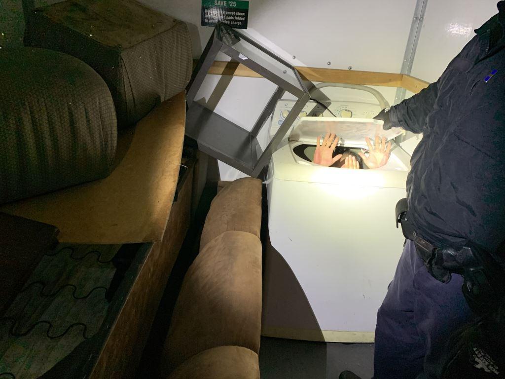 Cơ quan quan thuế và bảo vệ biên giới Hoa Kỳ bắt được 11 di dân Trung Cộng trốn trong xe vận tải ở biên giới San Diego