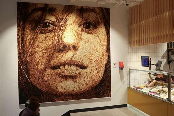 Nghệ sĩ người Nga tạo ra bức chân dung bằng 40,000 khối bánh mì