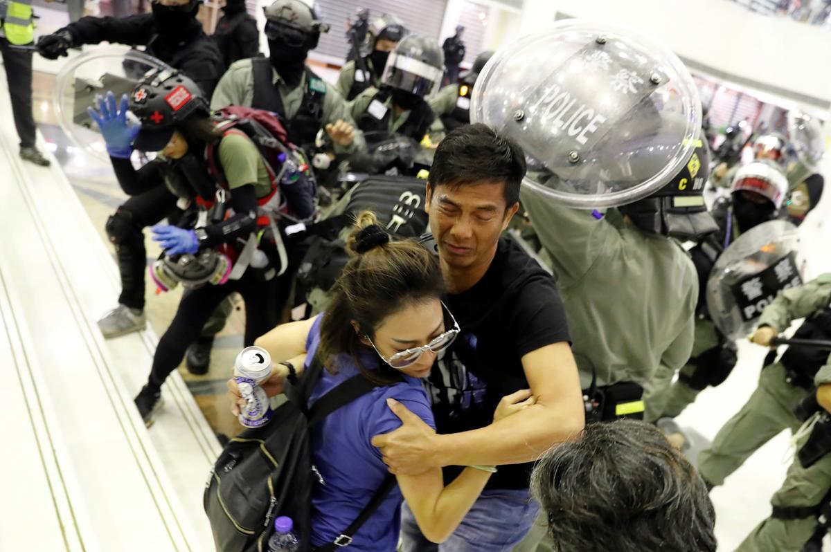 Hong Kong biểu tình ở trung tâm thương mại vì tức giận việc đặc khu trưởng Carrie Lâm có mặt ở Bắc Kinh