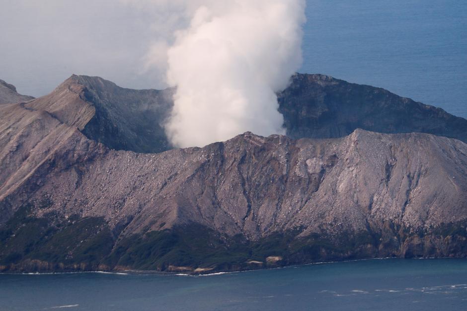 Đội thu hồi New Zealand trở lại đảo núi lửa, hai người vẫn mất tích và số người chết tăng lên 16 người