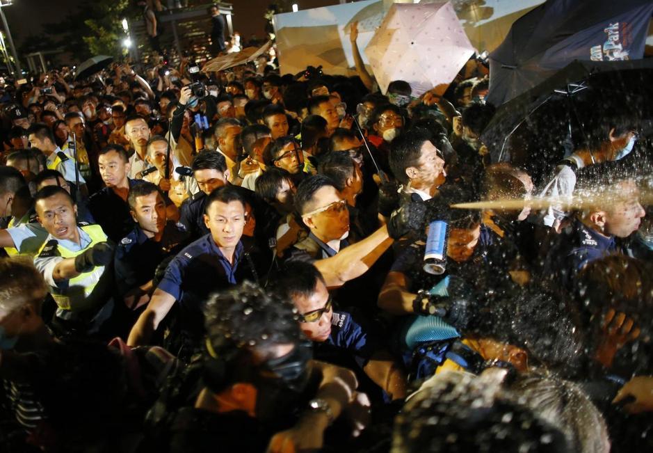 Hàng chục ngàn người trở lại đường phố sau những ngày yên bình tại Hong Kong