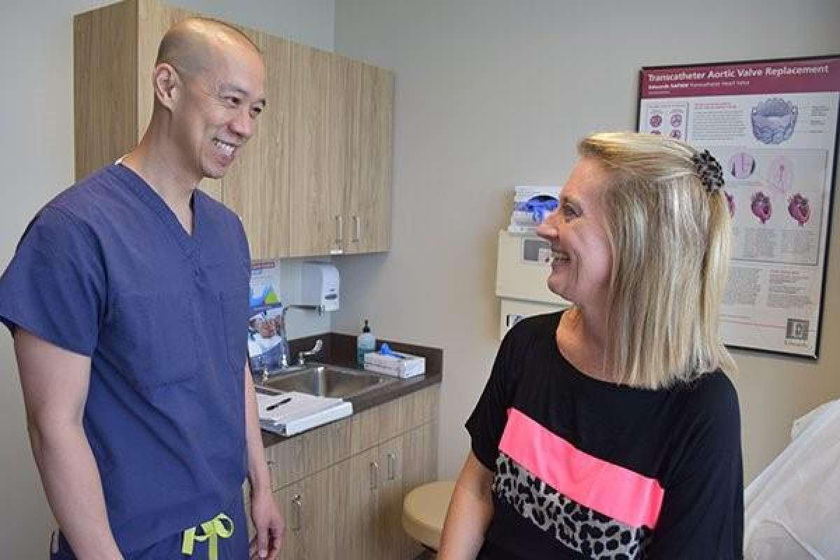 Cựu học sinh gốc Việt trường trung học Cy-Fair trở thành bác sĩ phẫu thuật