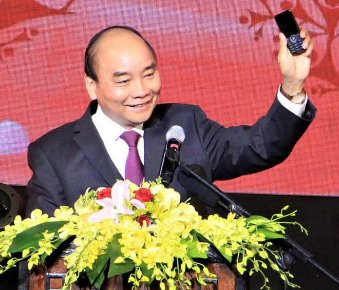 Nguyễn Xuân Phúc kêu gọi người dân nhắn tin để góp tiền cho nhà cầm quyền ủng hộ người nghèo