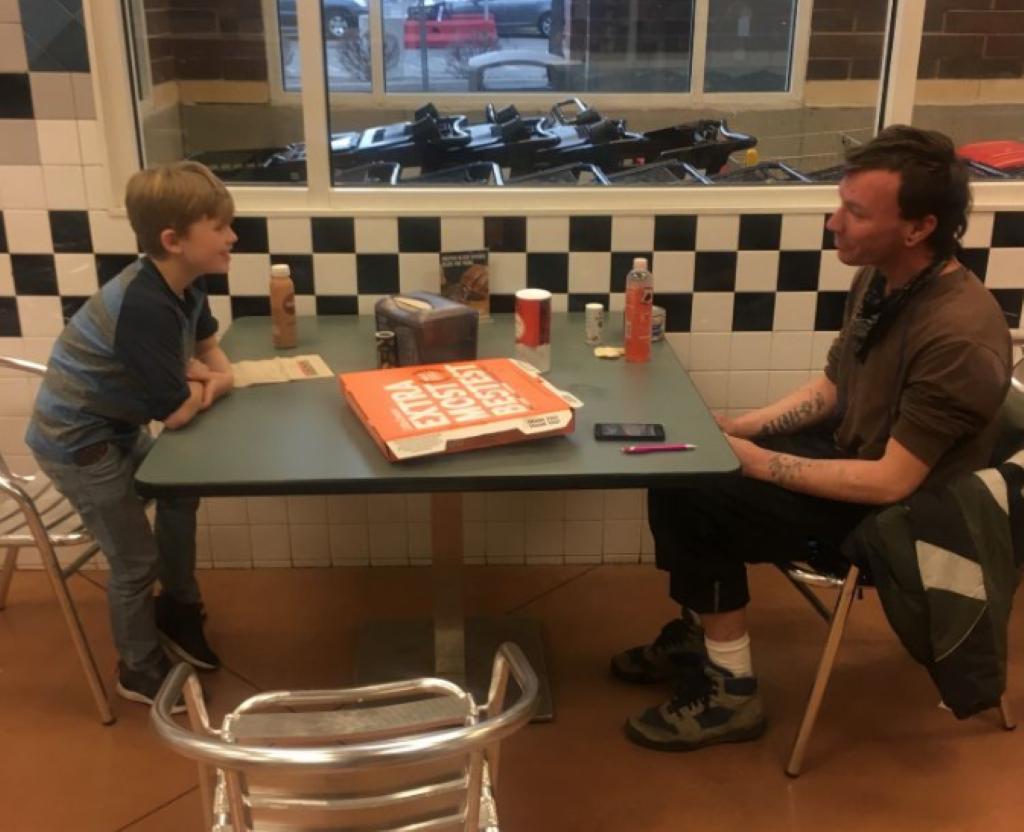 Hai cha con mời người vô gia cư ăn trưa mỗi tuần