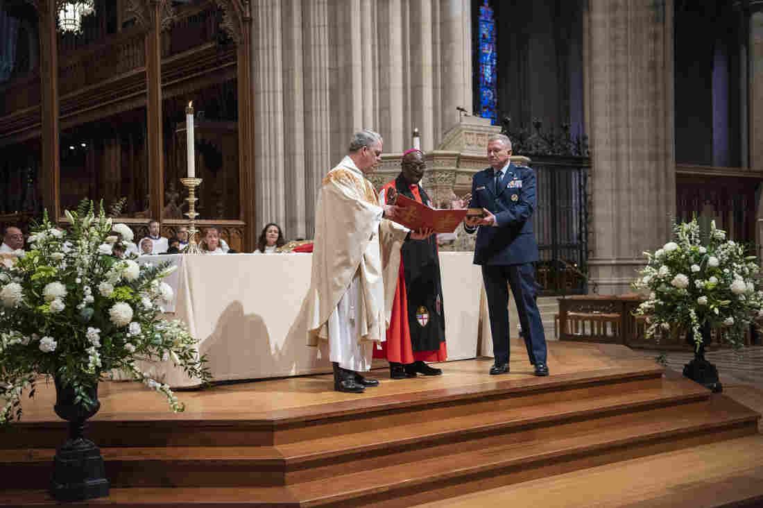 Nhiều tổ chức chỉ trích việc dùng Kinh Thánh để làm lễ tuyên thệ cho các chỉ huy lực lượng Không Gian Hoa Kỳ
