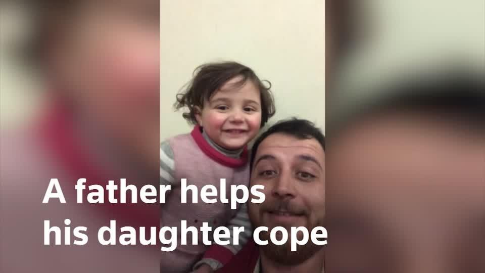Một người cha Syria giúp con gái đối mặtvớinỗi sợbằngtiếng cười