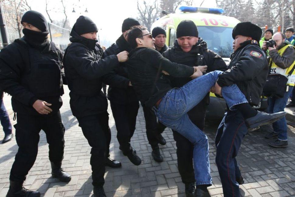 Kazakhstanbắt giữ hàng chục người biểu tình chống chính phủ