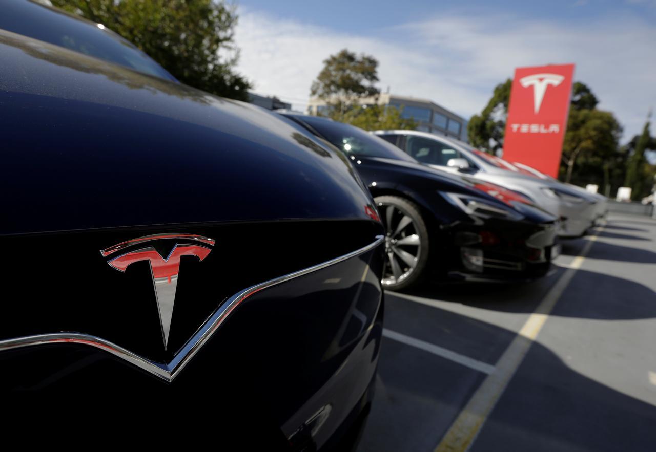 Tài xế Tesla chơi game khi cho xe chạy bằng chế độ tự lái