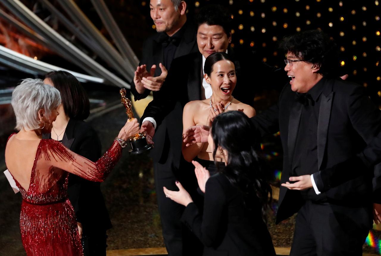 """Dàn tài tử """"Parasite"""" trở về trong vinh quang với tượng vàng Oscar"""