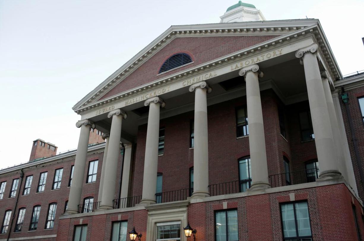 Bộ Giáo Dục Hoa Kỳ tiến hành điều tra về số tiền ngoại quốc bí mật được chuyển vào đại học Harvard và Yale