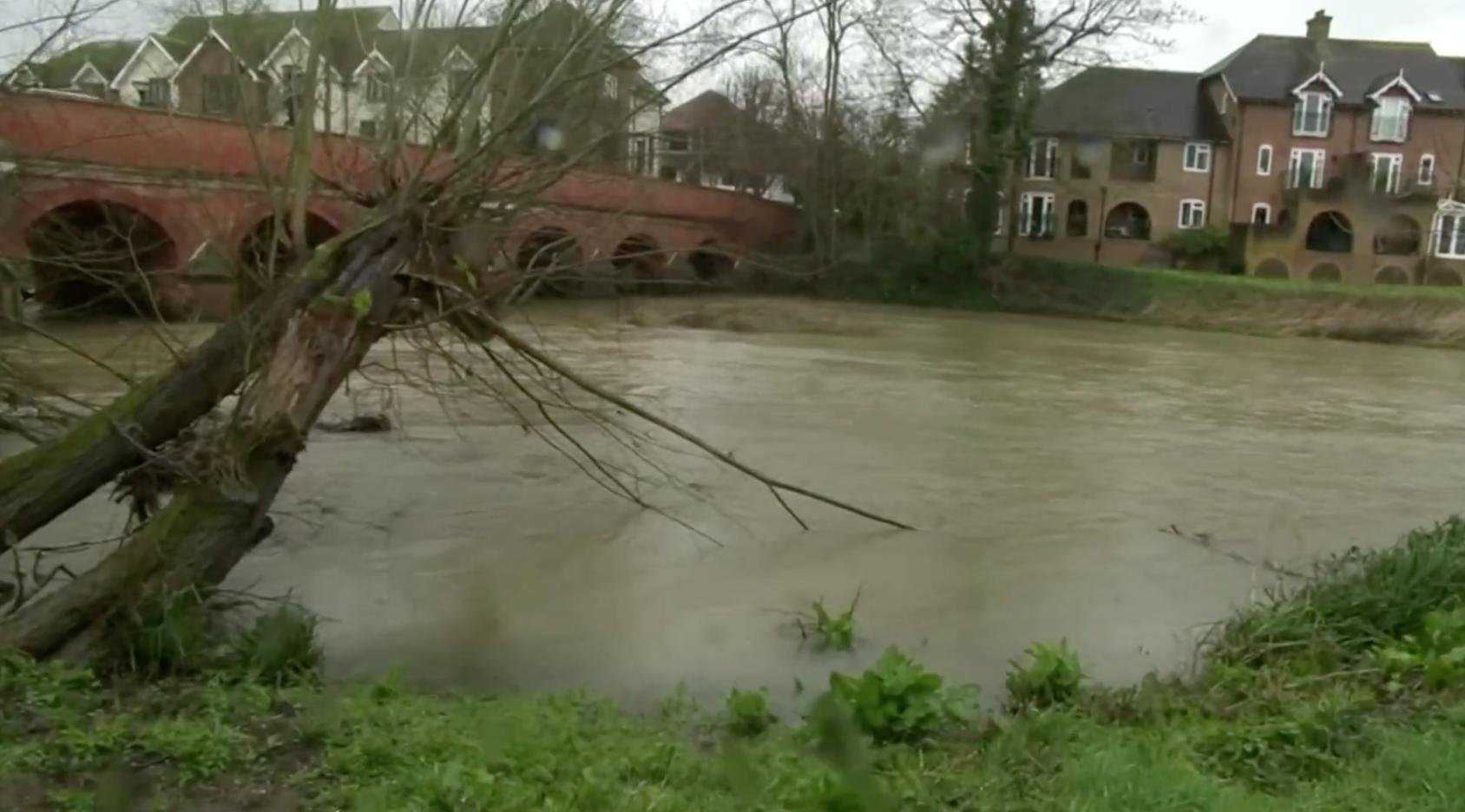 Anh Quốc hủy các chuyến bay khi cơn bão thứ hai đổ bộ gây nguy cơ lũ lụt