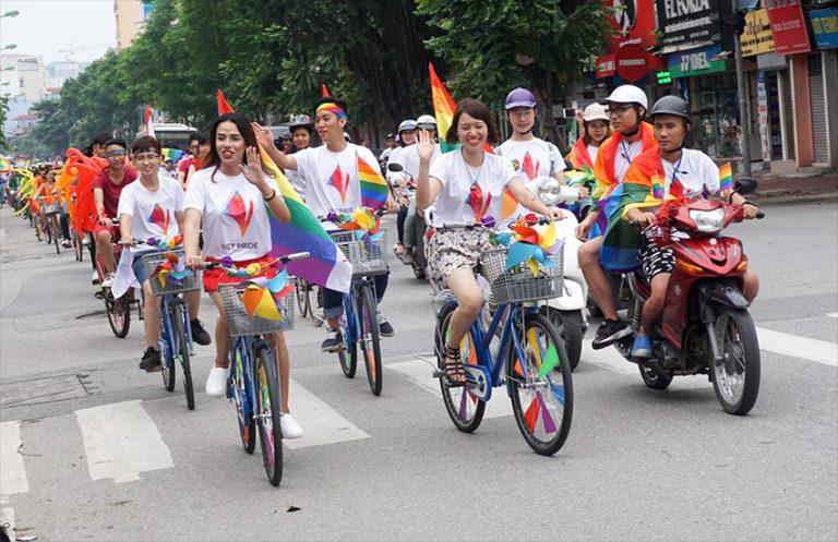"""Tổ chức theo dõi nhân quyền báo cáo Việt Nam giáo dục đồng tính là một """"căn bệnh""""cho giới trẻ"""