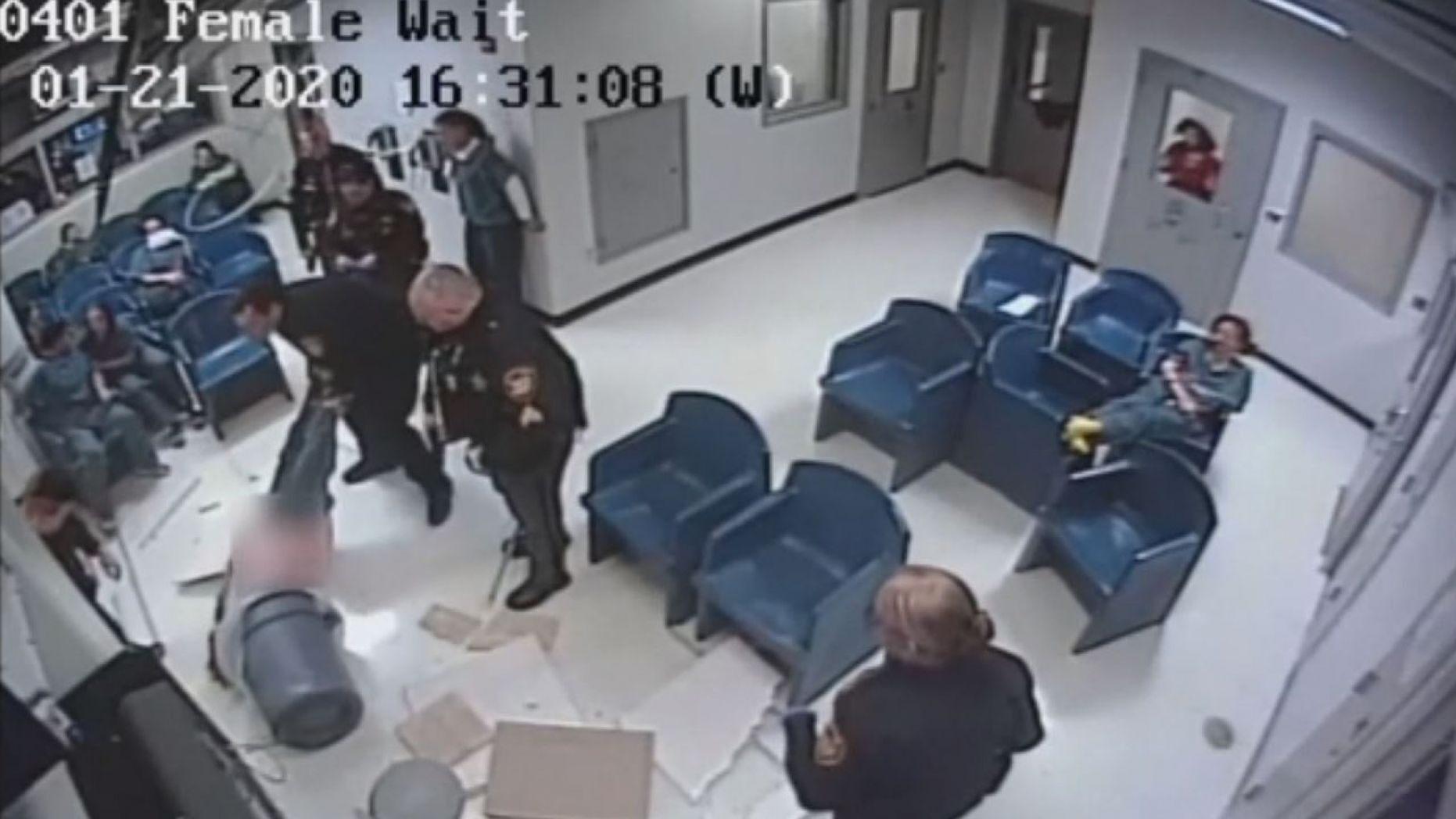 Video ghi lại cảnh một tù nhân ở Ohio trốn tù thất bại khi rơi từ trên trầnnhàxuống
