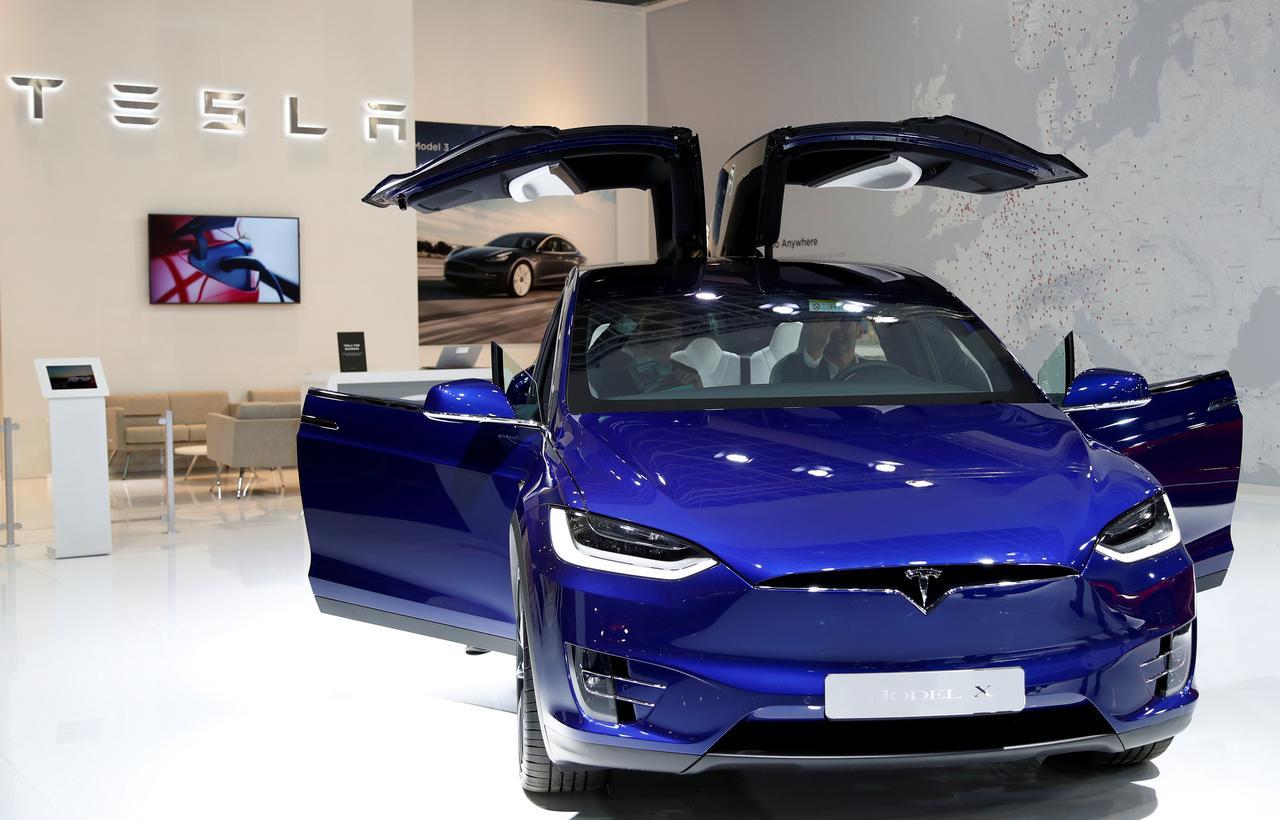 Tesla thu hồi 15,000 xe SUV Model X ở Bắc Mỹ vì vấn đề với tay lái (power steering)