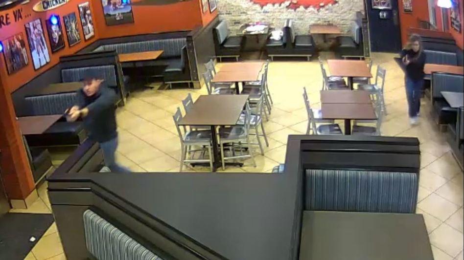 Đôi vợ chồng cảnh sát chặn đứng vụ cướp nhà hàng khi đang đi ăn tối