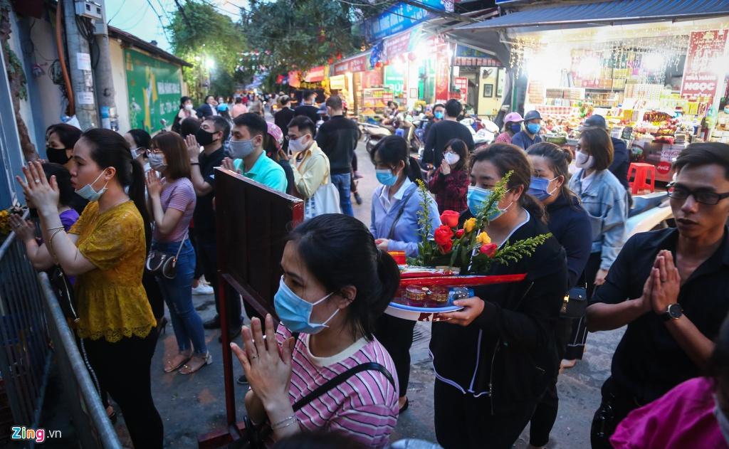 Bất chấp dịch bùng phát, người Hà Nội vẫn tập trung đi vái lạy nơi tâm linh