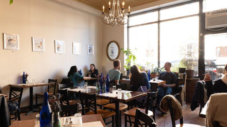 Các nhà hàng ở New York hiện chỉ phục vụ thức ăn mang đi và giao hàng