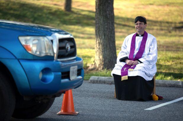 Để tránh lây lan dịch bệnh coronavirus, linh mục Maryland lắng nghe những lời xưng tội bằng hình thức Drive-Through