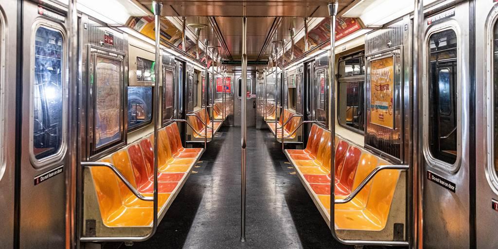 Video ghi lại cảnh hành khách bảo vệ một phụ nữ Châu Á bịkỳ thịchủng tộc trên tàu điện ngầm ở New York