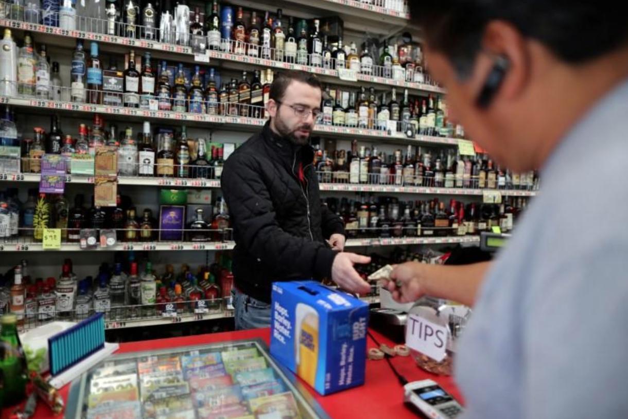 New York ban hành lệnh đóng các tiệm làm tóc và làm móng tay, nhưng tiệm bán rượu bia vẫn được phép mở cửa