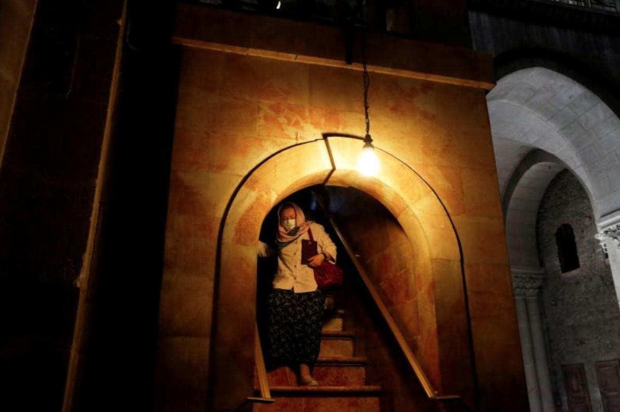 Nhờ thờ đá Holy Sepulchre ủa Jerusalem khuyến cáo du khách giữ khoảng cách trước đại dịch coronavirus