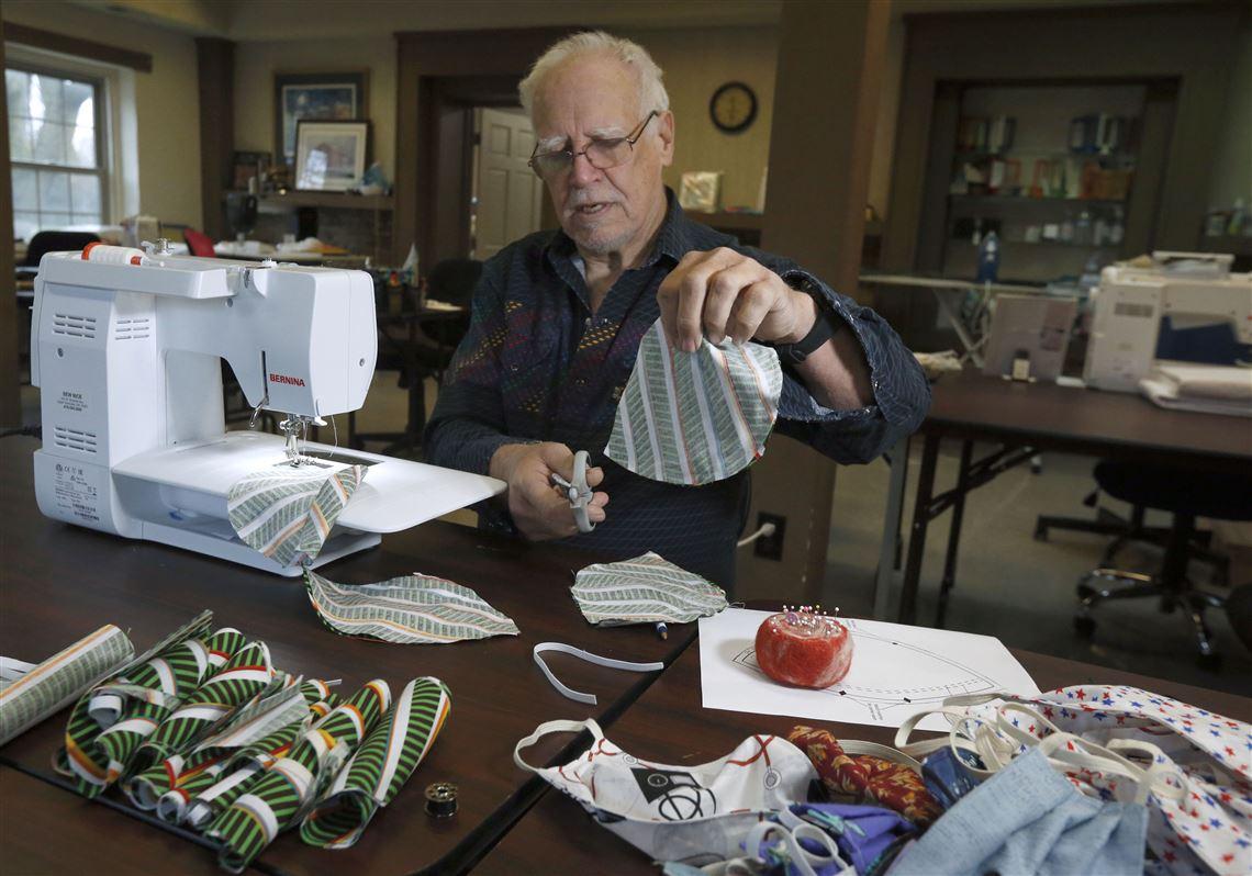 Thợ may và tình nguyện viên gấp rút chế tạo khẩu trang để khắc phục tình trạng thiếu hụt