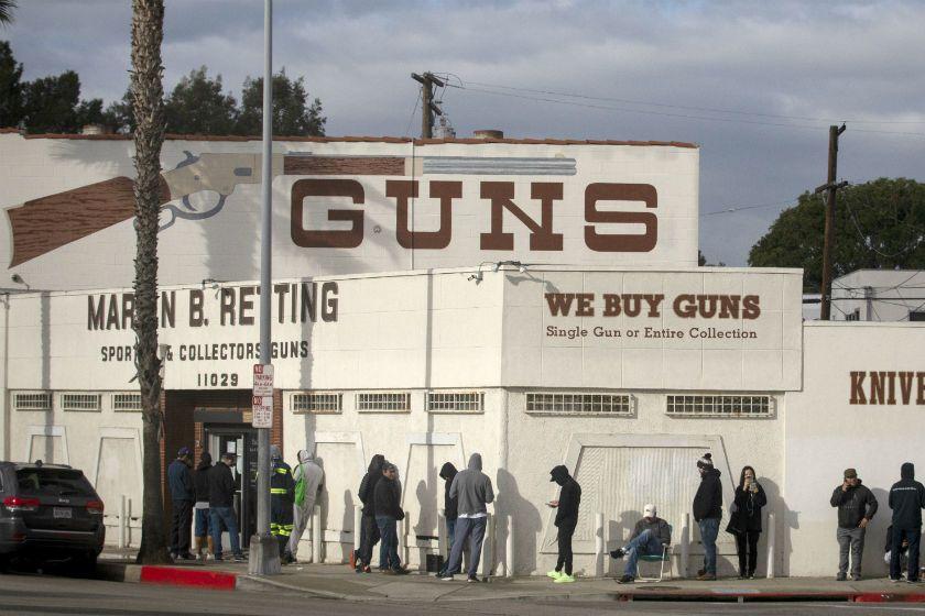 Cảnh sát trưởng và luật sư quận Los Angeles tranh cãi liệu có nên đóng các cửa hàng súng trong khủng hoảng coronavirus